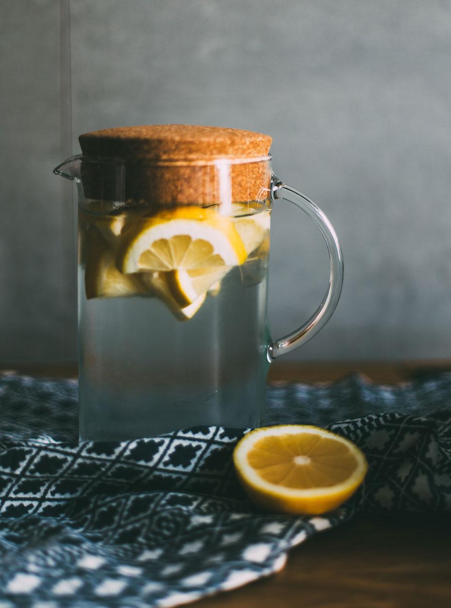 Brocca con acqua e limone